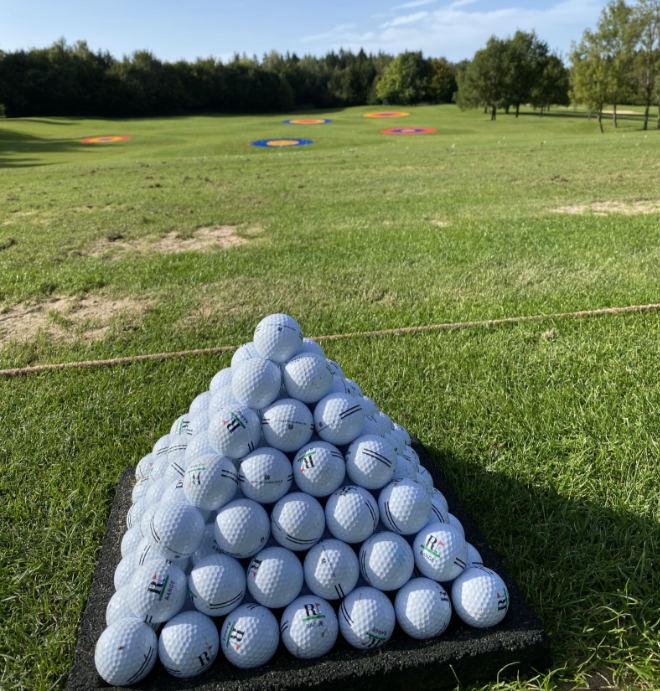 Riedhof Driving-Range mit sieben Zielgrüns mit Entfernungen von 63 bis 196 Metern machen das Training zieloptimiert.