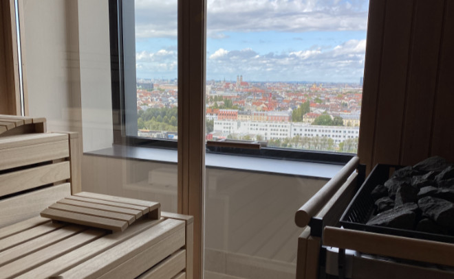 Im 15. Stock befindet sich der Wellnessbereich mit Sauna & Co. Alles mit Blick zur Frauenkirche!