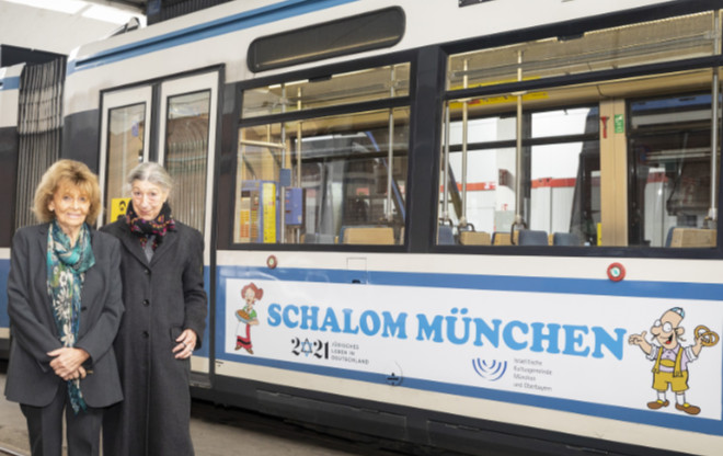 Judentum in München: Begeistert von den neuen TRAM-Motiven: IKG-Präsidentin Charlotte Knobloch mit Initiatorin Jehudit de Toledo-Gruber. Fotocredit: Andreas Gregor
