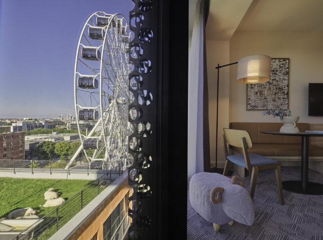 Alle stadtseitigen Zimmer haben schon ab Etage 9 Blick auf die Stadt und Münchens höchste Alm mit Schafen und Hühnern auf dem Dach des Gebäudes vor dem Adina Hotel